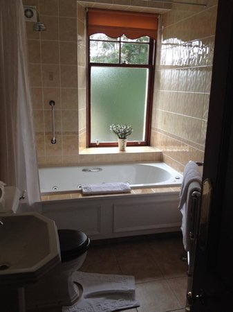 Tigh na Sgiath Country House Hotel: Great spa tub!