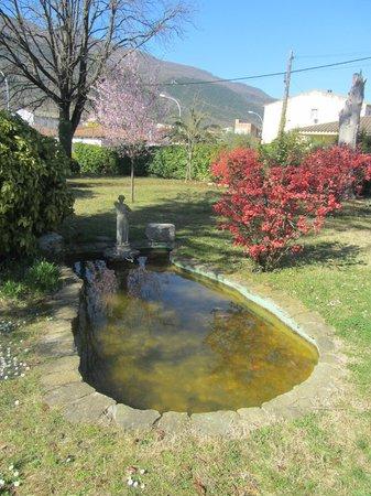 Hotel can Garay: Garden and pond