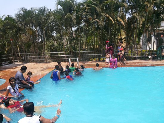 Pali Beach Resort: people chilling in the pool while the DJ was playing the music