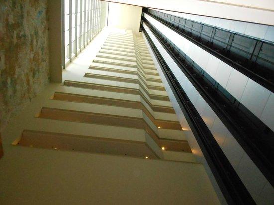 Prodigy Grand Hotel & Suites Berrini: Vista da recepção olhando para cima.
