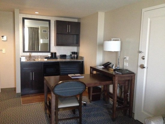 Embassy Suites by Hilton Springfield: Bar and desk area (King studio suite)