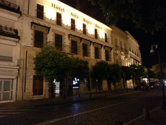 Sercotel Asta Regia Jerez Hotel: Hotel at night