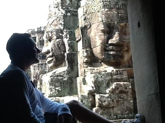 Bayon (Angkor) : nose to nose with history