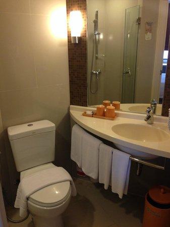 Ibis Bangkok Siam: Small bathroom