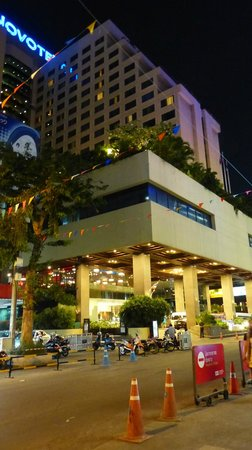 Novotel Bangkok on Siam Square: Front of hotel