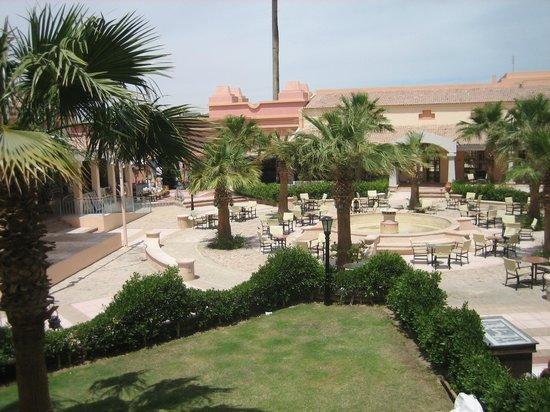 Movenpick Resort & Spa El Gouna : Patio avec restaurant principal