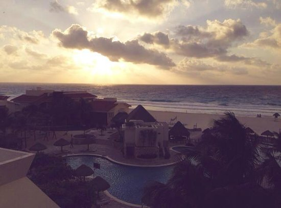 Grand Park Royal Cancun Caribe: Sunrise view from our room.