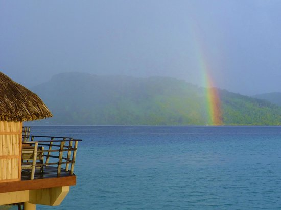 Le Taha'a Island Resort & Spa: You could almost reach out and touch it