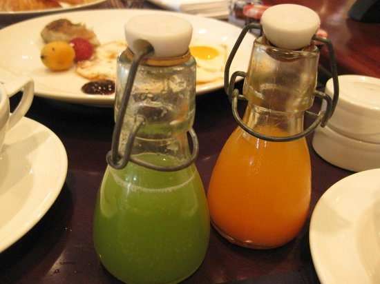 Sofitel Angkor Phokeethra Golf and Spa Resort: Detox fruit juice served in small bottle (breakfast)