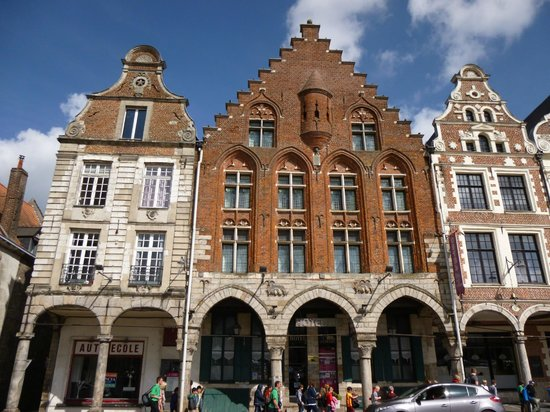 Grand Place: Classical architecture