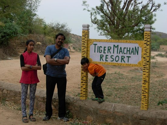 Tiger Machan Resort: In front of the resort