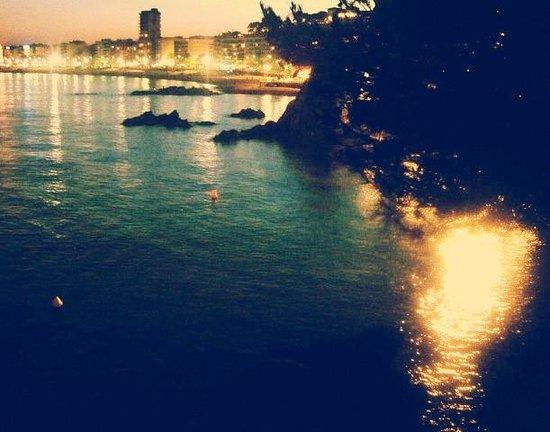 Playa de Lloret: Вид на вечерний городок