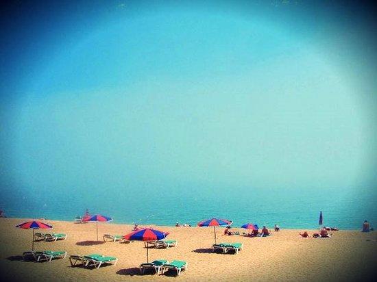 Playa de Lloret: На пляже в первой половине дня, очень не многолюдно