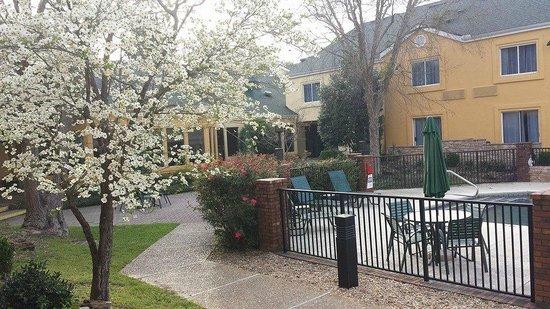 La Quinta Inn & Suites Valdosta / Moody AFB: patio area