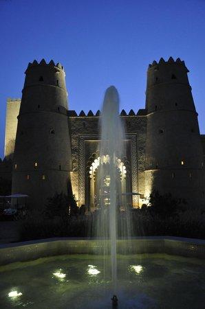 Qasr Al Sarab Desert Resort by Anantara: Bei Nacht ...