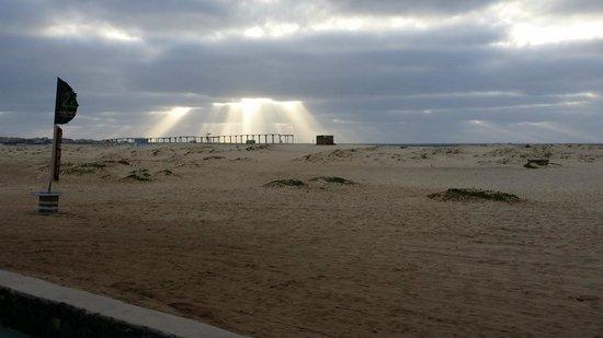VOI Vila do Farol: En blåsig och molnig förmiddag med röd flagga hissad