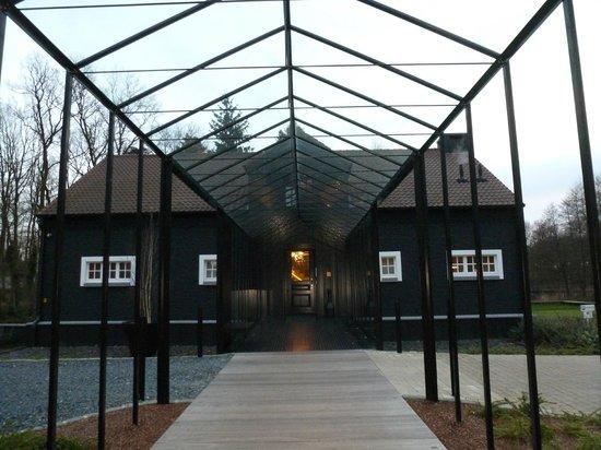 La Butte Aux Bois Hostellerie: Entrance to the country mansion