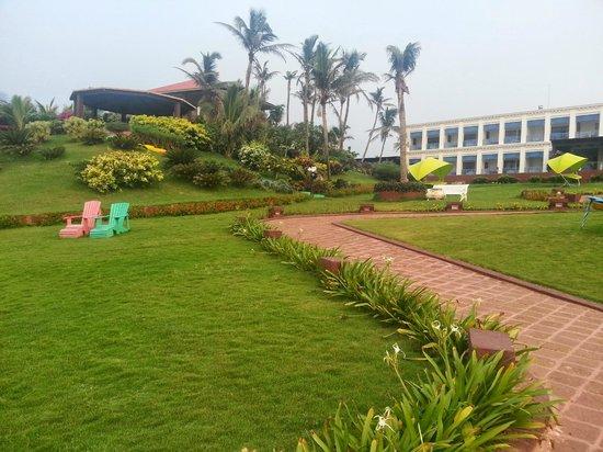 Mayfair Palm Beach Resort: Lovely landscaping