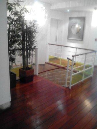 Hotel Lorette - Astotel: scale che portano alla taverna colazione