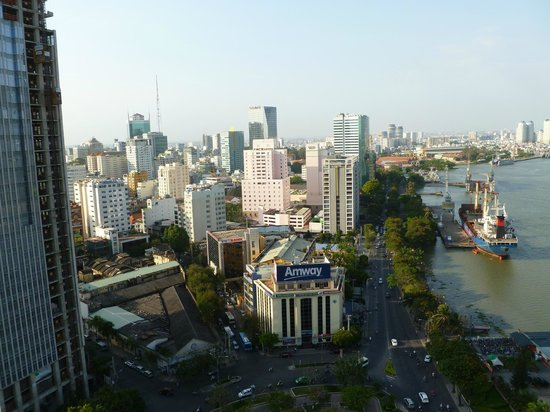 Renaissance Riverside Hotel Saigon : View from the roof top pool/bar area