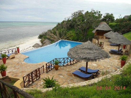 Ras Michamvi Beach Resort : PIscina y vista al mar