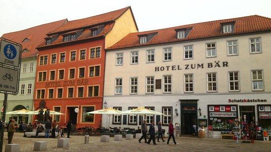 Hotel Zum Bär: Außenansicht mit Außengastronomie