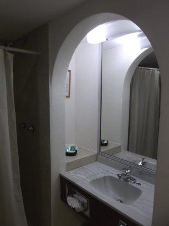 Hotel Plaza Del Sol : Espace salle de bain chambre 301.