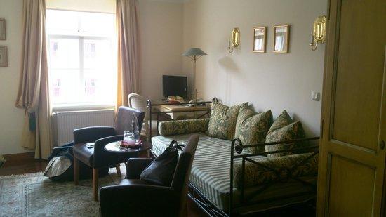 Hotel Zum Bär: Sitzcouch und Sitzecke im Zimmer