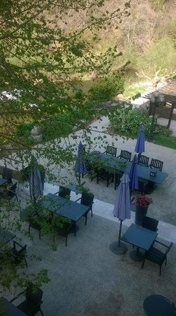 Herve Busset Le Moulin de Cambelong: Notre balcon spacieux donne sur la terrasse en bord de Rivière