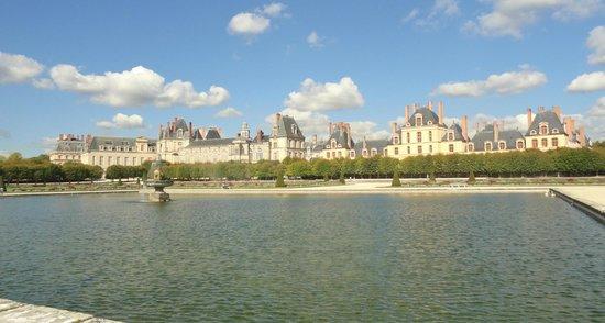 Chateau de Fontainebleau: Vista general del Chateau desde el parque