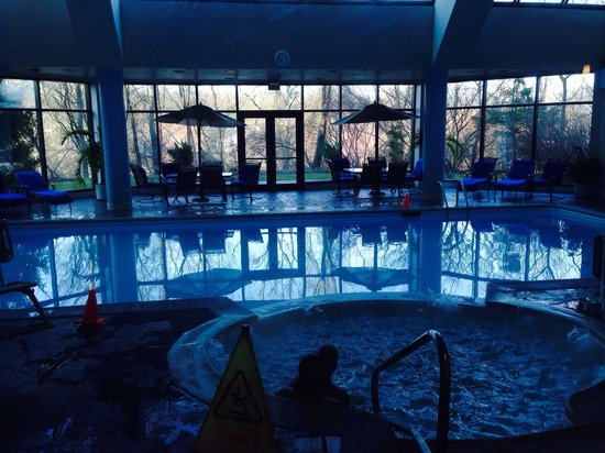 Hilton East Brunswick Hotel & Executive Meeting Center : Pool and jacuzzi area