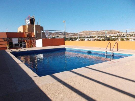 Hotel Plaza Del Sol: Espace piscine sur le toit.
