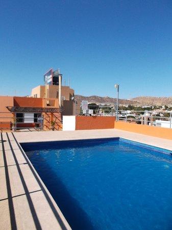 Hotel Plaza Del Sol : Espace piscine sur le toit.