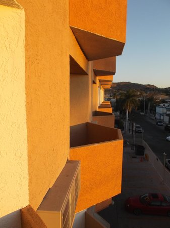 Hotel Plaza Del Sol : Petits balcons des chambres.