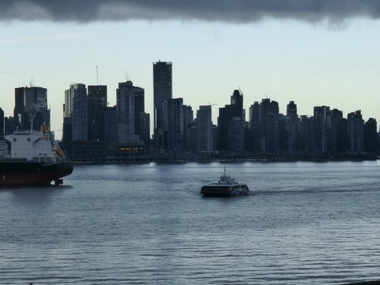 Lonsdale Quay Hotel : Water view, 3rd floor