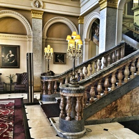 The Grosvenor Hotel : Stunning main staircase in the foyer