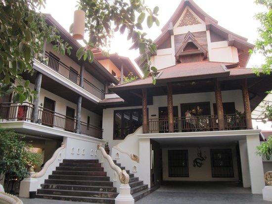 De Naga Hotel: Entrance to Hotel