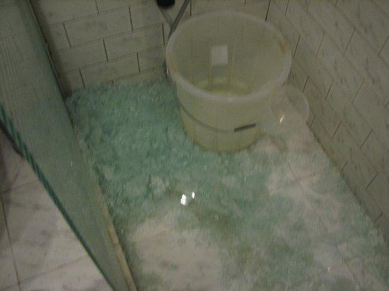 Piccadilly Resort: Broken glass