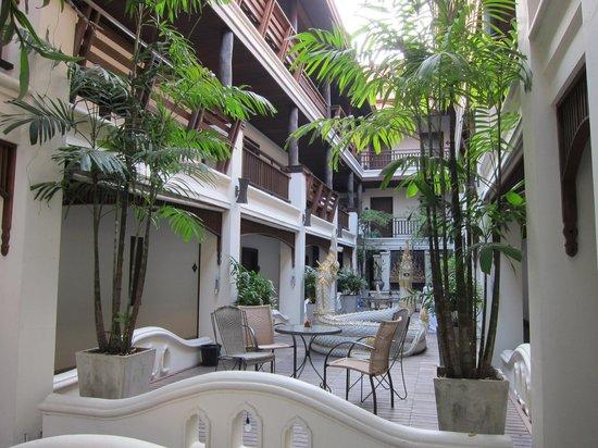 De Naga Hotel: Hotel Courtyard
