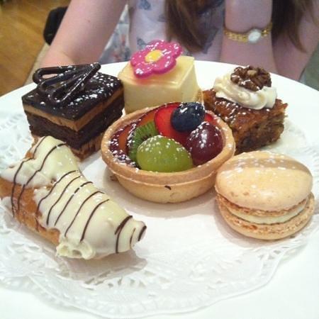 Kingsway Hall Hotel: Delicious cakes