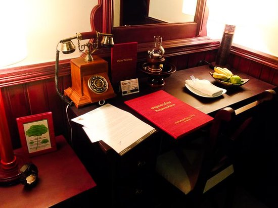 HanumanAlaya Villa: desk inside the room