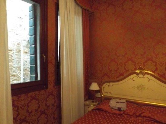 Hotel Al Gazzettino: il letto, la vista dava sul palazzo adiacente