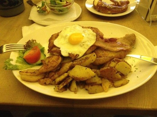 Altes Brauhaus: Schnitzel with bacon and an egg and potatoes
