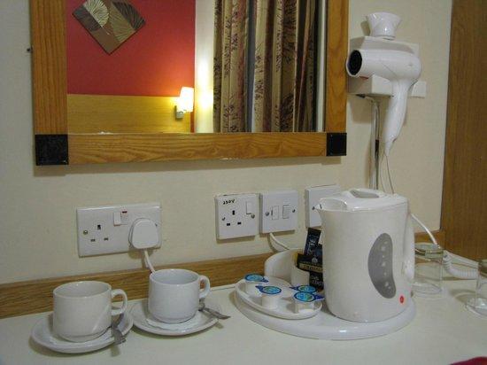 Comfort Inn London - Westminster: La habitación cuenta con jarra eléctrica, servicio de té y café, secador de cabello y TV con cab