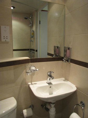 Comfort Inn London - Westminster: El baño minimalista