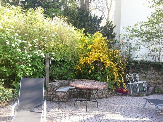 Le Jardin Cache: The patio