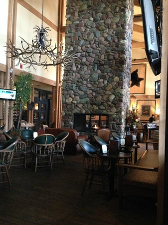 Grouse Mountain Lodge : LARGE FIREPLACE IN LOBBY