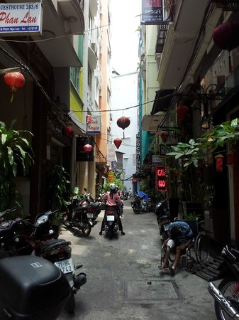Nguyen Khang Hotel: Quiet alley the hotel was on