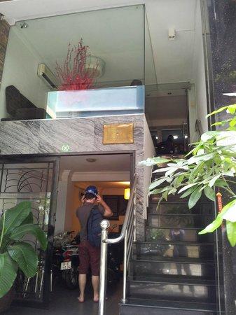 Nguyen Khang Hotel: Front entrance of the hotel