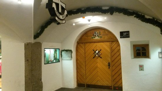 Hotel Weisses Kreuz : Hotellentren från gatan